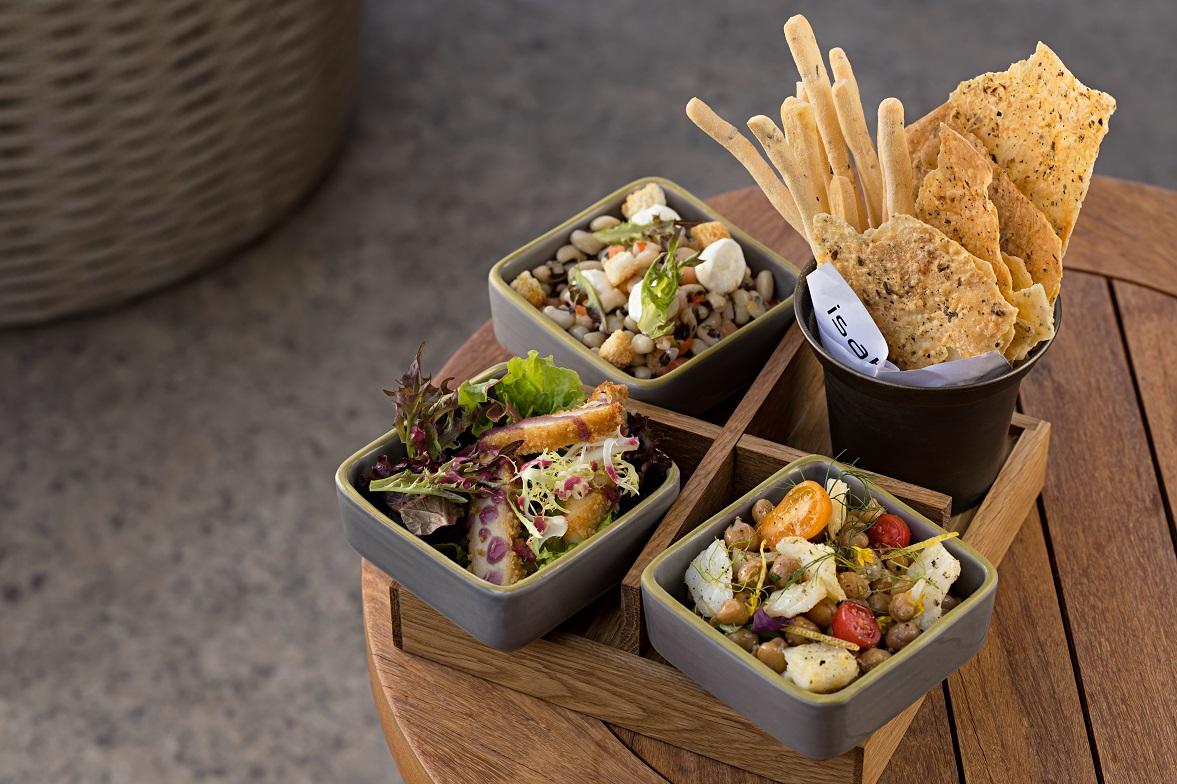 Salada de folhas orgânicas, salada de feijão fradinho e salada de bacalhau